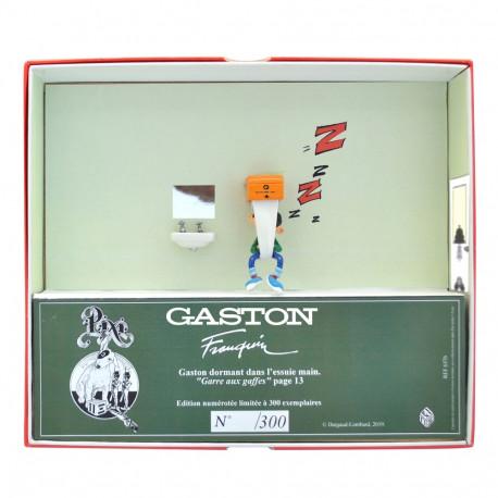 PIXI GASTON DORMANT DANS LESSUIE MAIN 6587