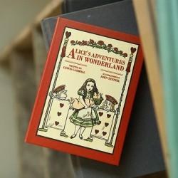 AGENDA PERPETUEL ALICE AU PAYS DES MERVEILLES VISUEL ALICE LES CARTES ET LE COCHON